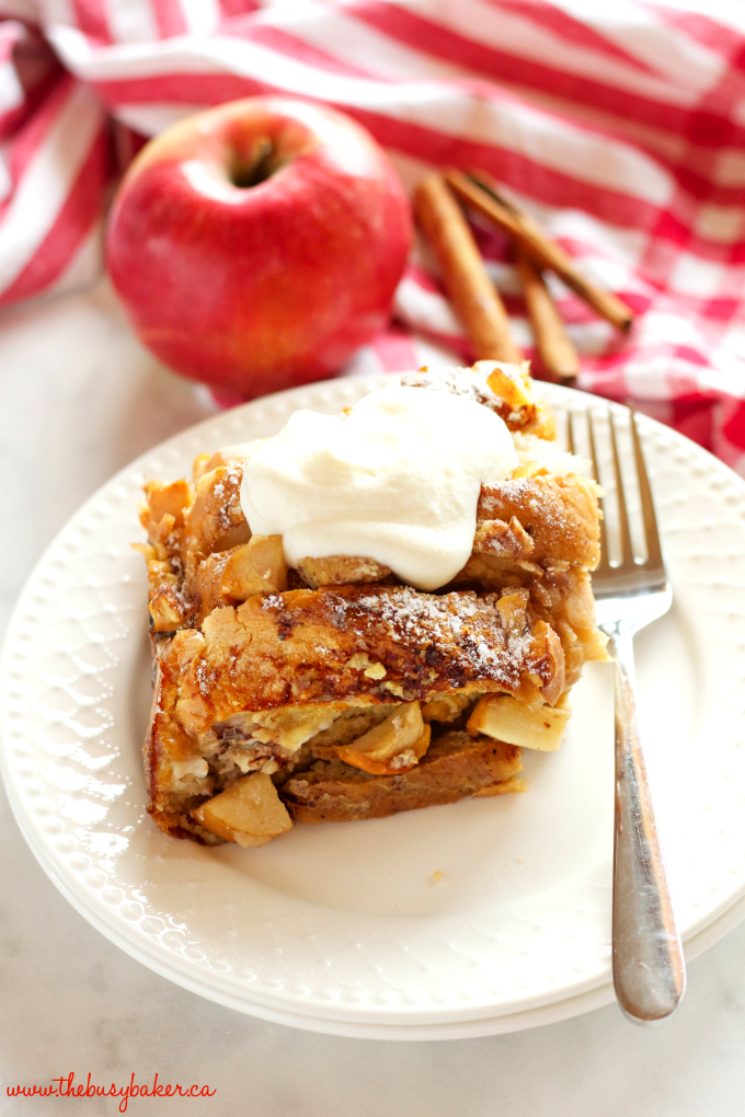 This Apple Cinnamon French Toast Casserole is the perfect holiday breakfast entertaining recipe made with fresh apples, pecans, and served with maple syrup! Recipe from thebusybaker.ca! #holidaybreakfastrecipe #holidayrecipe