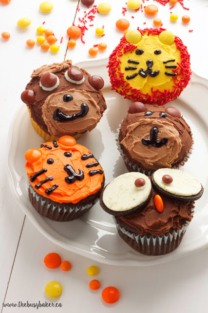 cupcakes decorated to look like zoo animals