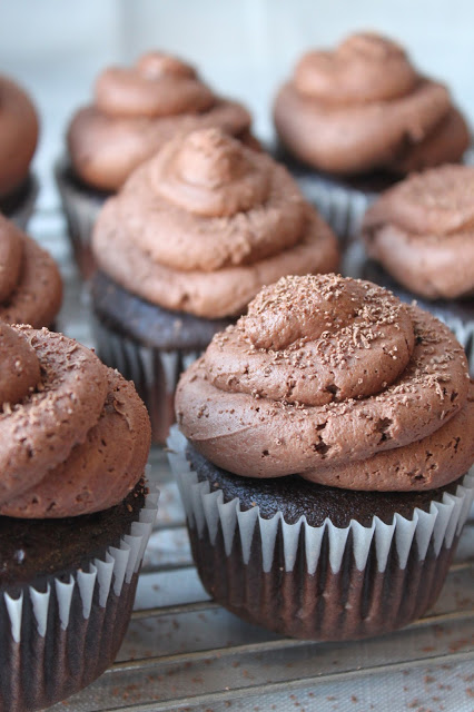 http://www.thebusybaker.ca/2015/04/chocolate-cupcakes-with-dark-chocolate.html