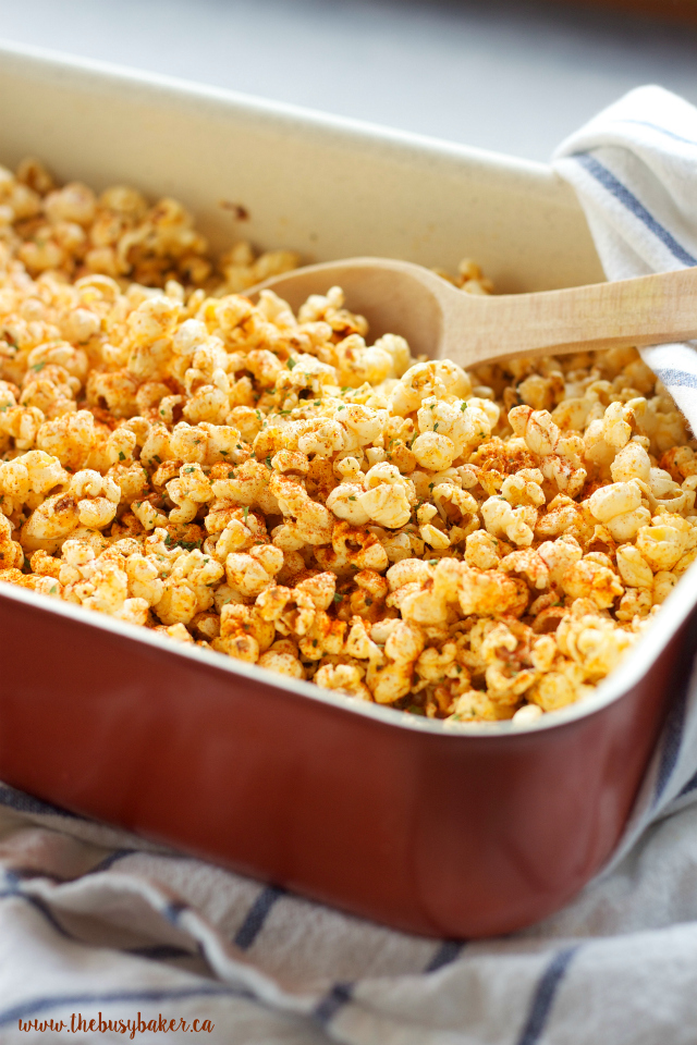 This Oven Roasted Pizza Popcorn is SO flavourful and easy to make! Makes a great edible gift! Recipe from www.thebusybaker.ca
