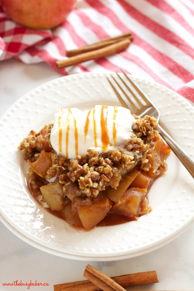 This Slow Cooker Apple Crisp recipe is an easy fall dessert made with fresh apples and a few basic pantry ingredients in the slow cooker or Crock Pot! Recipe from thebusybaker.ca!