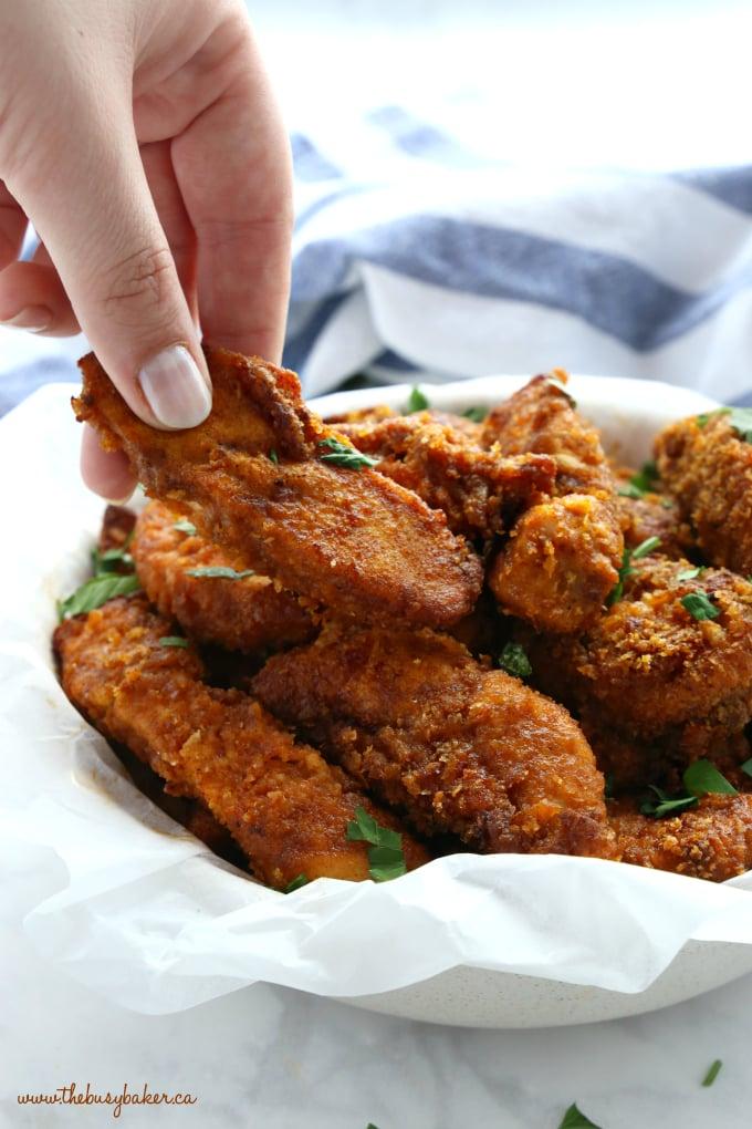 Poulet frit au four plus sain croustillant à l'extérieur avec la main