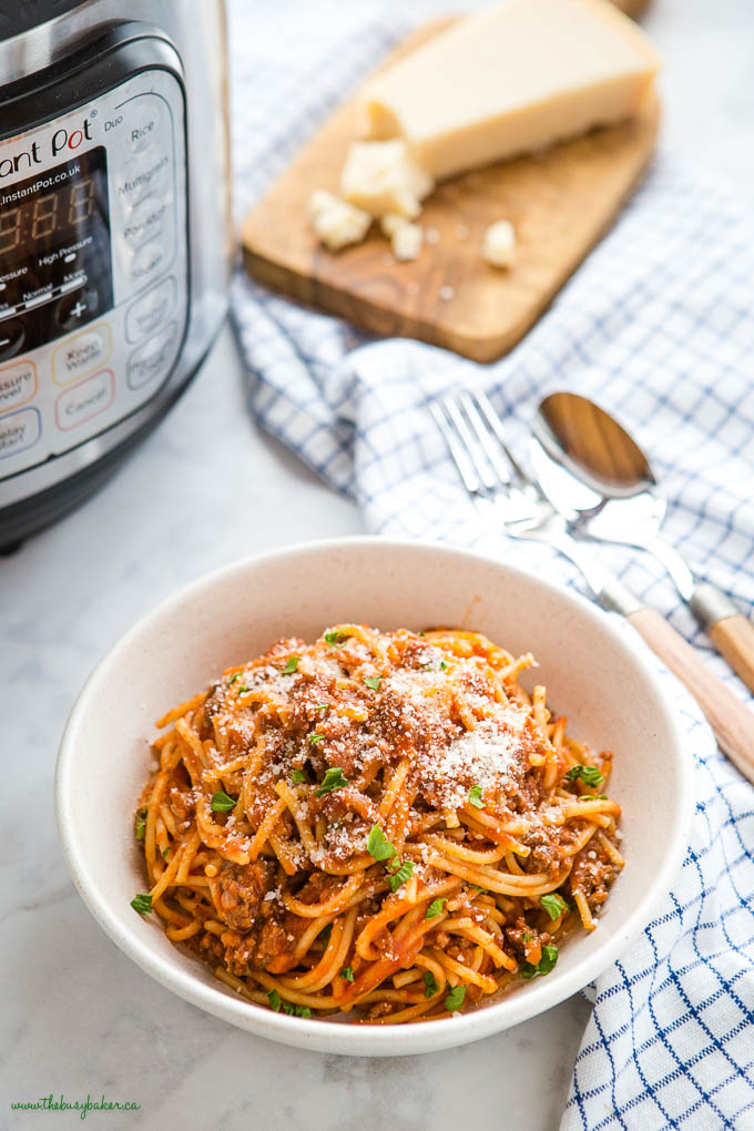 bowl of spaghetti and meat sauce